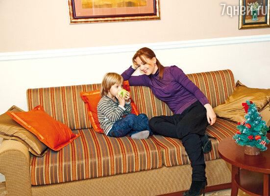 Ольга Будина давно живет по правилу: находясь на работе, думает только о работе, рядом с сыном посвящает себя только ему. В номере пражской гостиницы. На Ольге свитер «Personage», на Науме поло «Lacoste»