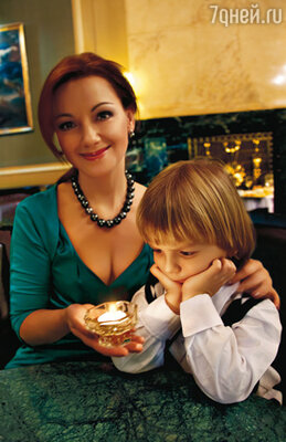 На Ольге платье «Personage», на Науме костюм «Boys and girls» (салон «Кенгуру»)