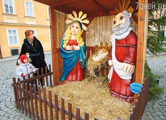 Ольга с сыном возле одного из многочисленных рождественских вертепов, разбитых на улицах Праги
