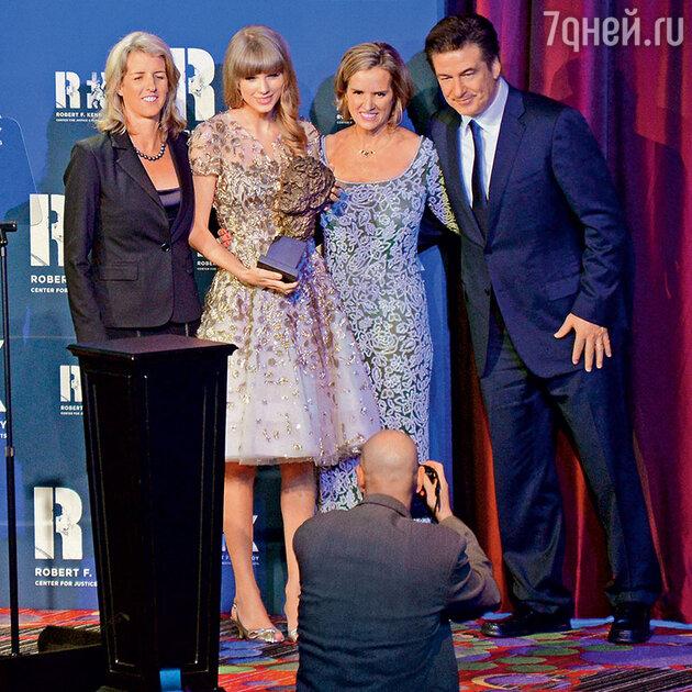 Тейлор Свифт c Рори Кеннеди (слева), Керри Кеннеди и Алеком Болдуином на благотворительной акции. Нью-Йорк, декабрь 2012 года