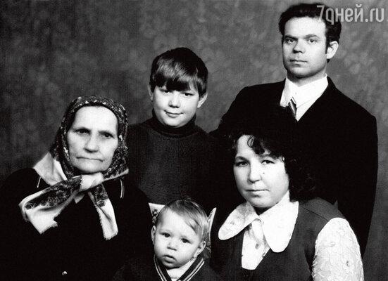 С мамой Валентиной Григорьевной, отцом Александром Николаевичем, старшим братом Женей и бабушкой Машей. 1976 г.