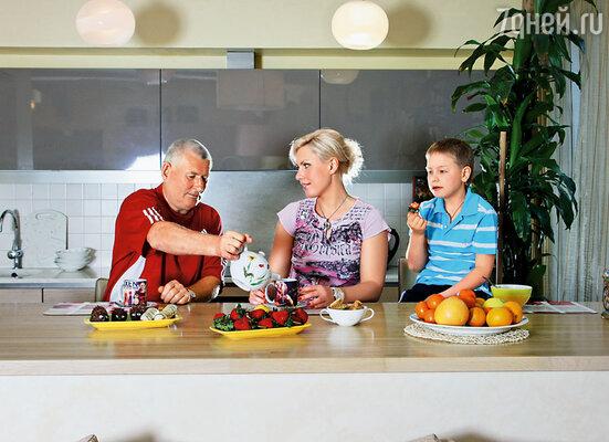 Наталья Рагозина с отцом и сыном
