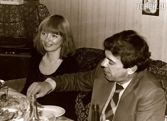 Когда мы познакомились, Галя работала в цветочном магазине. Позже преподавала рисование в школе: моя третья жена была талантливым художником
