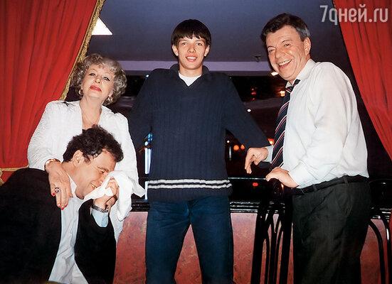 Михаил Воронцов, Алла Ларионова и я с Ваней на гастролях в Канаде