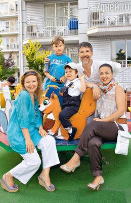 Татьяна Абрамова с сыном Ваней (вверху) и Валерий Яременко с женой Аней и сыном Кузей