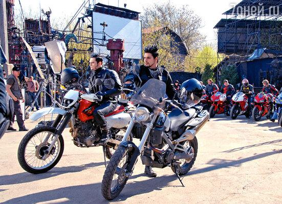 Как Розенкранц (Александр Бердников), так и Гильденстерн (Илья Оболонков) только на съемках «Гамлета» впервые сели за руль мотоцикла