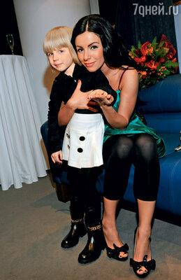 Вика с каждым годом все больше хочет быть похожа на свою маму: «Вырасту, тоже волосы покрашу в черный цвет». Юля с дочкой