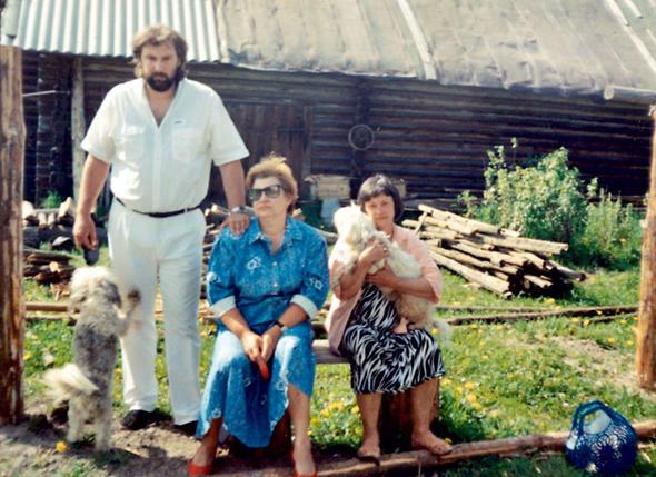 С мужем художником Сергеем Соколовым исестрой Галей (в центре) вдеревне Лисицыно, где актриса прожила последние годы. 1995 г.