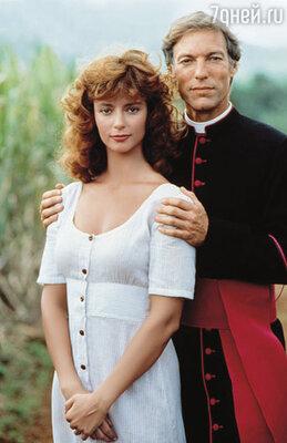 Ричард Чемберлен, игравший Ральфа де Брикассара, в которого героиня Рэйчел влюблена, смотрел на нее с плохо скрываемым презрением. Кадр из фильма «Поющие в терновнике»