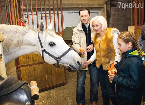 Василиса и Сергей с дочкой Викой на отдыхе в Подмосковье