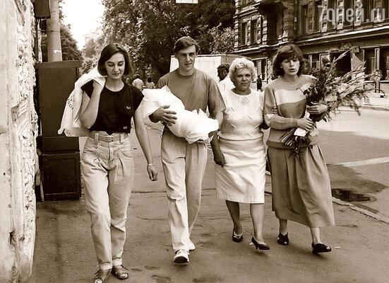 Торжественная доставка Степана из роддома в родной дом (слева направо): сестра Юли Марта, я с сыном на руках, моя мама Лидия Васильевна, Юля