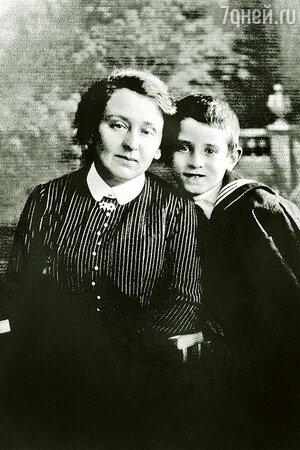 Василий Гроссман с матерью