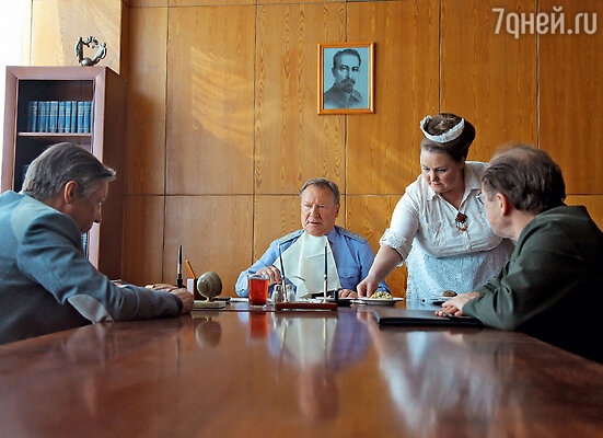 В советской экранизации романа братьев Вайнеров Сергей Шакуров был следователем Тихоновым, а в современном сериале стал генералом Шараповым