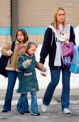 Дочками Эминема Хейли и Амандой пристально заинтересовались службы опеки, после того как Ким арестовали за вождение в нетрезвом состоянии и хранение наркотиков. Ким с дочерьми выходят из школы, Детройт