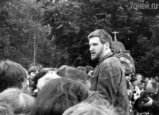 После смерти Высоцкого я приходил на Ваганьковское кладбище, пел его песни, за что меня, бывало, задерживали как нарушителя порядка
