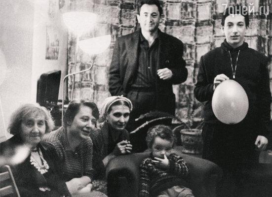 Павел Лунгин с отцом Семеном Львовичем. Сидят (слева направо): Зинаида Николаевна — мама Виктора Некрасова, хозяйка дома Лилианна Зиновьевна, няня Мотя и младший брат Женя. 1964 г.