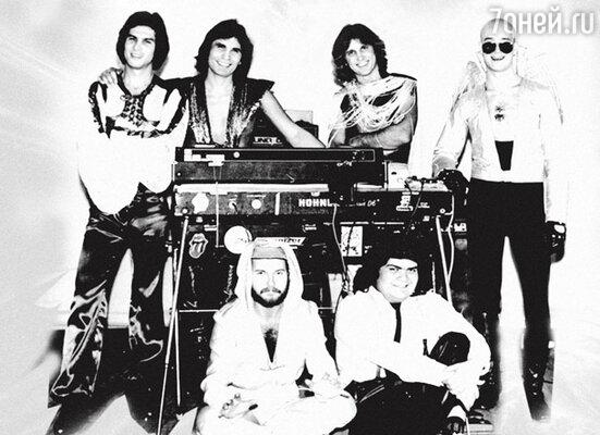 Легендарный «Интеграл». Стоят (слева направо): Альберт Гумаров, Бари Алибасов, Юрий Лоза, Игорь Сандлер. Сидят: Виктор Щедрин, Рифат Даукаев. 80-е годы