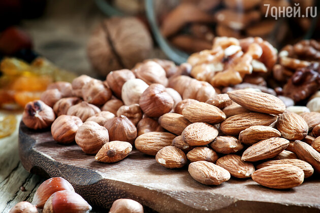На Ореховый Спас на каждом столе должно присутствовать блюдо с орешками, которыми необходимо угостить всех родных и близких людей