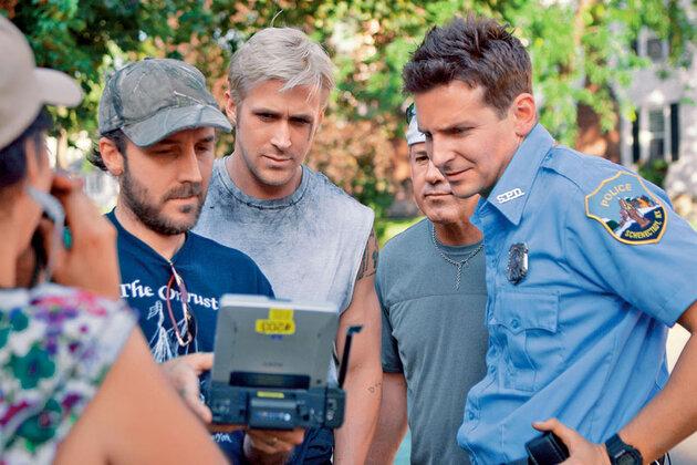 Райан Гослинг с режиссером Д. Сиенфрэнсом  и Брэдли Купером на съемках картины «Место под соснами», 2012 г.