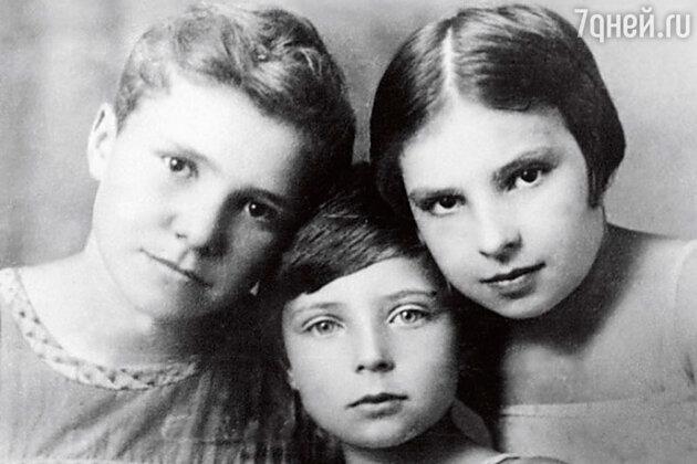 Старшую сестру Ольги Аросевой - Наташу в лихие 1930-е годы заставили публично отречься от отца под угрозой исключения из комсомола
