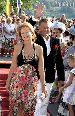 Ведущие церемонии открытия Лариса Удовиченко и Тимофей Федоров на звездной дорожке фестиваля