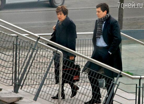 На суде адвокат Тьерри атаковал Гислен вопросами. (Г. Ведрин с сыном Франсуа во Дворце правосудия. Бордо, 2011 г.)