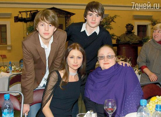 Екатерина Градова с дочерью Марией Мироновой, сыном Алексеем (справа) и внуком Андреем