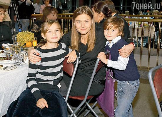 Мария Голубкина с детьми Настей и Ваней