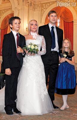 На свадьбе Таню и Влада поздравляли их дети от первых браков: Александр и Александра