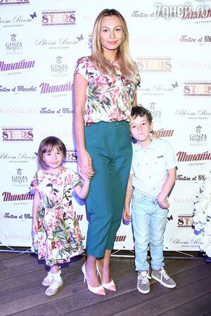 Инна Жиркова с сыном и дочерью