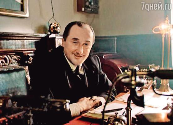 В роли Майкрофта Холмса в фильме «Приключения Шерлока Холмса идоктора Ватсона. Двадцатый век начинается». 1986 г.