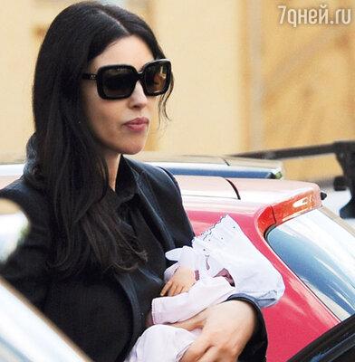 Первый снимок Моники с новорожденной дочерью