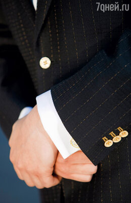 Самый дорогой мужской костюм в истории современной моды, сшитый британским дизайнером Александром Амосу из уникальной шерсти и украшенный пуговицами из золота и бриллиантов, обошелся в 70 000 английских фунтов. Покупатель пожелал остаться неизвестным