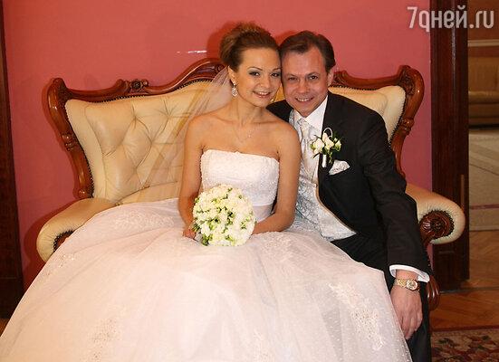 3 марта в Грибоедовском ЗАГСе Лёвкин зарегистрировал брак с 29-летней Марусей Ичетовкиной