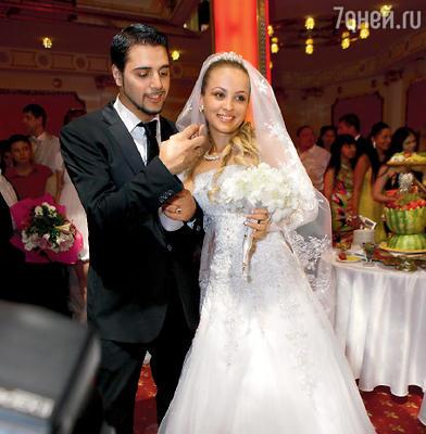 Свадебный пир считается у цыган самым важным событием в жизни. Для цыганской общины молодые становятся мужем и женой только после праздничного застолья, а формальности здесь неважны