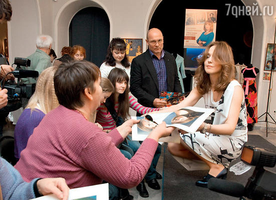 Альбина Джанабаева общается с поклонниками