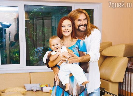 Марина и Никита со своим сыном Мик-Анжелем в московской квартире