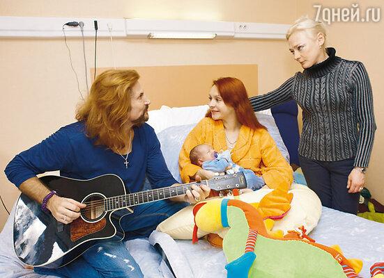 В день выписки из роддома с мамой Марины — Ириной. Биарриц, январь, 2009 г.