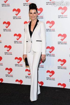 Джуллиана Маргулис в элегантном белом смокинге
