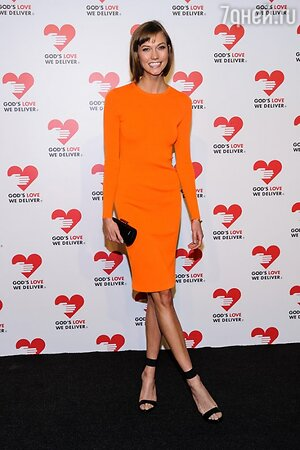 Карли Клосс в платье-футляре от Michael Kors