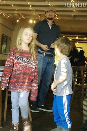 Леонардо Ди Каприо c 7-летней Руби и 4-летним Отисом