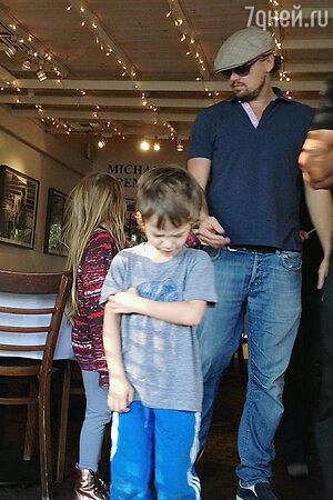 Леонардо Ди Каприо (Leonardo DiCaprio)  c детьми друга Тоби Магуайера (Tobey Maguire)