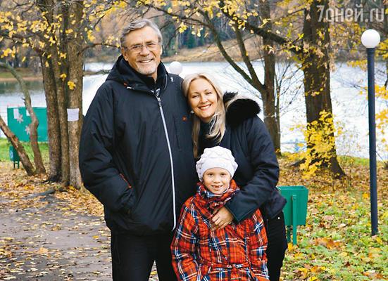 Александр Михайлов с женой Оксаной и дочкой Акелиной
