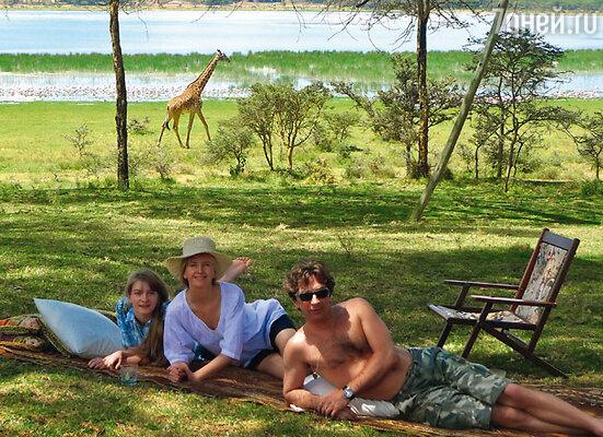 Валерий Сюткин с супругой и дочерью на привале в национальном парке «Масай Мара», Кения