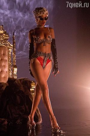 Рианна в новом клипе на песню Puor It Up, 2013