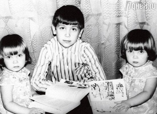 С сестрами Леной (слева) и Наташей
