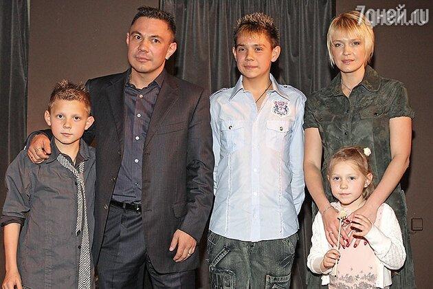 Костя Цзю с бывшей женой и детьми