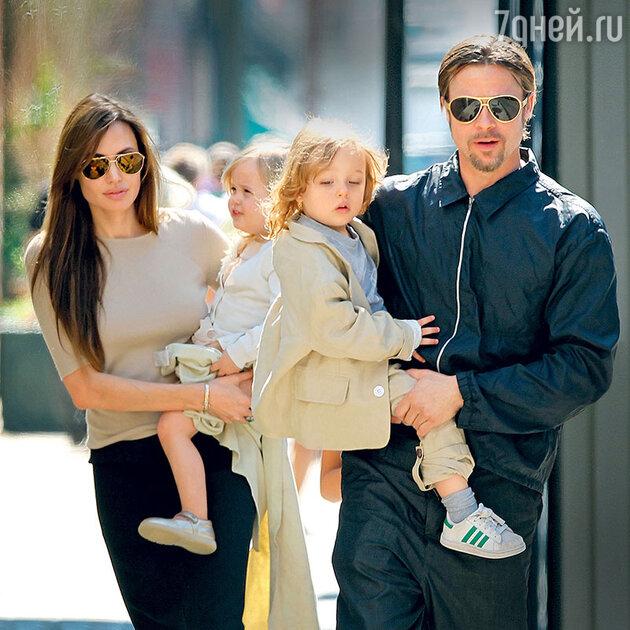 Анджелина Джоли и Брэд Питт с близнецами Вивьен и Ноксом