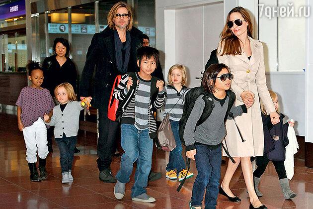 Анджелина Джоли и Брэд Питт с  детьми Захарой, Ноксом, Мэддоксом, Шайло, Паксом Тьеном и Вивьен