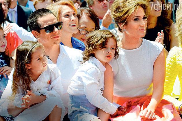 Дженнифер Лопес с близнецами Эммой и Максом и бойфрендом Каспером Смартом